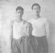 Grandmaster Ip Man with Siu Yuk Men(right) and Wong Tsok (left) in 1956.